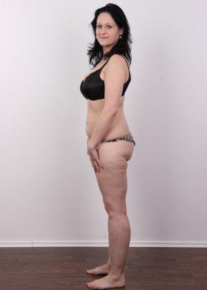 Женщина брюнетка с большой натуральной грудью на кастинге - фото 6