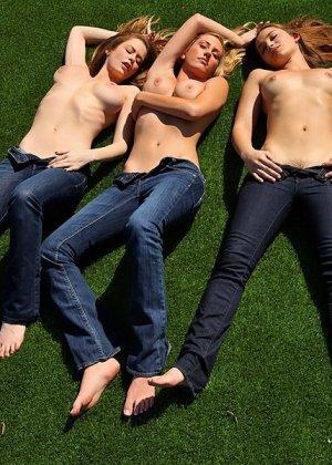 Три девушки устроили потрясающий междусобойчик - фото 6