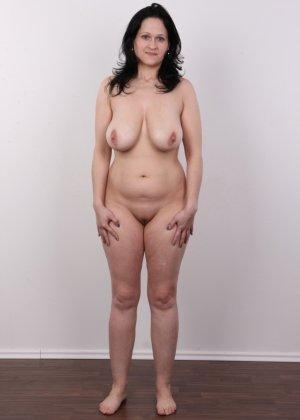 Женщина брюнетка с большой натуральной грудью на кастинге - фото 12
