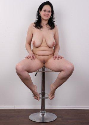 Женщина брюнетка с большой натуральной грудью на кастинге - фото 16
