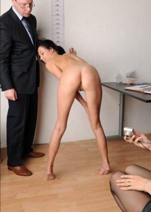 Голой девушки на собеседовании предлагает делать пошлые вещи - фото 3
