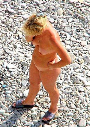 Абсолютно обнаженная женщина на пляже - фото 15
