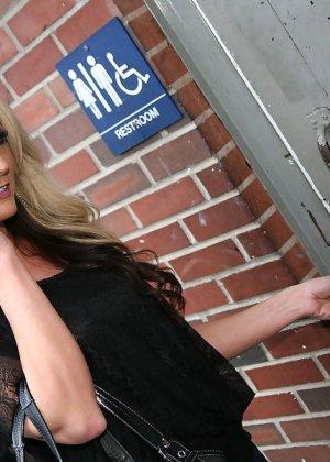 Синди Ландж получила сперму на лицо из глорихола - фото 2