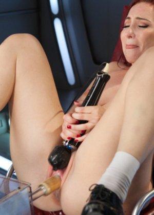 София пытается довести себя до оргазма - фото 1
