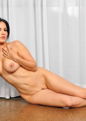 Санни Леон показывает свое обнаженное тело - фото 12