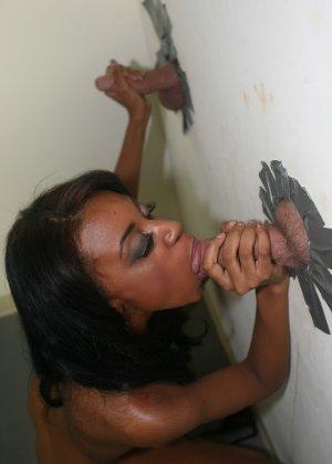 Черная красотка ебется через дырку в стене - фото 5