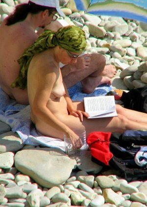 Абсолютно обнаженная женщина на пляже - фото 5