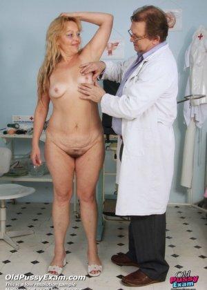 Гинеколог долго рассматривал пизду пожилой женщины - фото 2