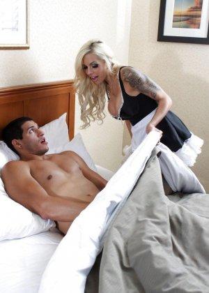 Соблазнительная горничная в гостинице потрахалась с клиентом - фото 1