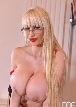 Зрелая блондинка с огромной грудью, подготовилась к мастурбации большим вибратором - фото 4