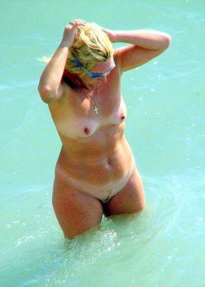 Абсолютно обнаженная женщина на пляже - фото 14