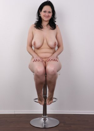 Женщина брюнетка с большой натуральной грудью на кастинге - фото 15