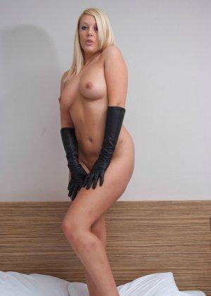 Голая пышная блондинка в перчатках - фото 6