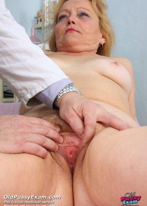 Гинеколог долго рассматривал пизду пожилой женщины - фото 5