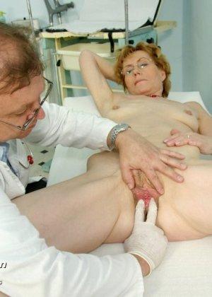 Пожилая дама на обследовании гинеколога - фото 5