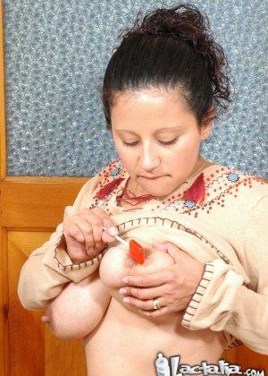 Женщина в период лактации спускает молоко из сисек на чупа чупс - фото 4