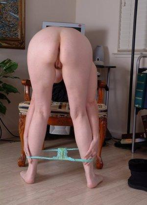 Пожилая брюнетка раздвигает ноги широко - фото 11