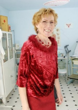 Пожилая дама на обследовании гинеколога - фото 15