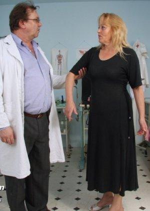 Гинеколог долго рассматривал пизду пожилой женщины - фото 1