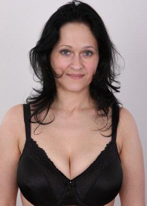 Женщина брюнетка с большой натуральной грудью на кастинге - фото 5