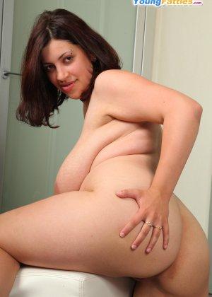 Молодая пышная деваха показывает свою натуральную, обнаженную красоту - фото 10