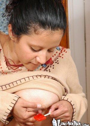 Женщина в период лактации спускает молоко из сисек на чупа чупс - фото 6