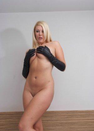 Голая пышная блондинка в перчатках - фото 7