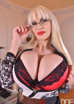 Зрелая блондинка с огромной грудью, подготовилась к мастурбации большим вибратором - фото 1