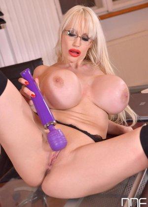 Зрелая блондинка с огромной грудью, подготовилась к мастурбации большим вибратором - фото 10
