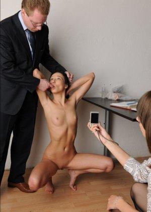 Голой девушки на собеседовании предлагает делать пошлые вещи - фото 6