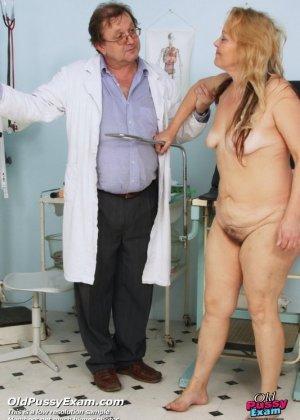 Гинеколог долго рассматривал пизду пожилой женщины - фото 15