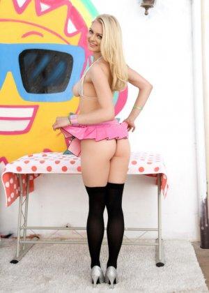 Элли Рае показывает широкую розовую пизду - фото 11