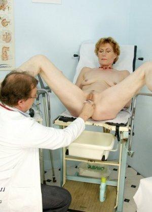Пожилая дама на обследовании гинеколога - фото 10