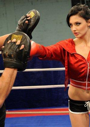 Тренер по боксу выебал подопечную в жопу прямо на ринге - фото 3