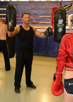 Тренер по боксу выебал подопечную в жопу прямо на ринге - фото 2