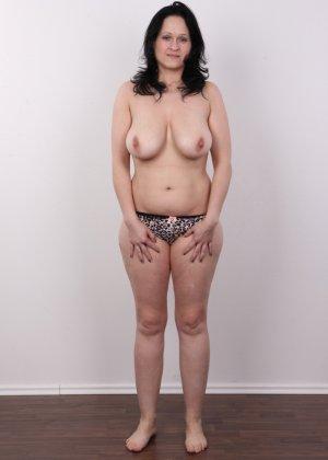 Женщина брюнетка с большой натуральной грудью на кастинге - фото 7