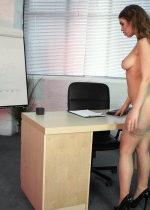 Офисная потаскуха привычно раздевается на работе - фото 13