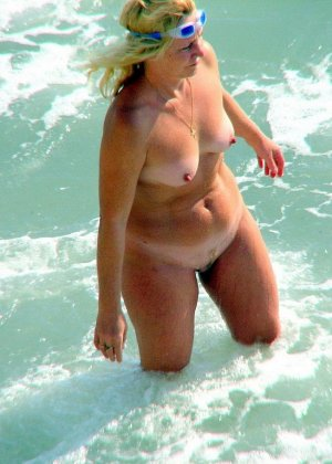 Абсолютно обнаженная женщина на пляже - фото 13