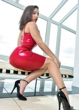 Абелла Данжер в латексном облегающем платье - фото 10