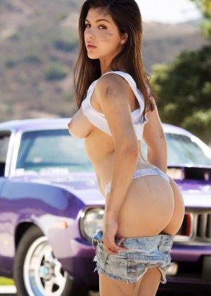 Стриптиз Валентины Наппи у авто на свежем воздухе - фото 5