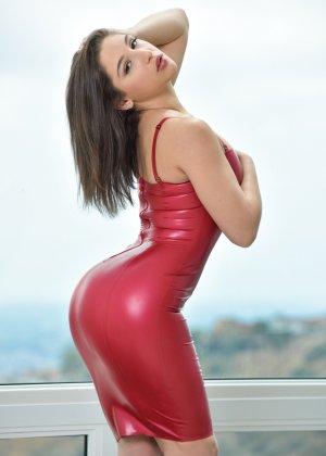 Абелла Данжер в латексном облегающем платье - фото 3