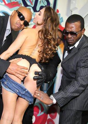 Райли Рейд с удовольствием отсасывает черные члены - фото 8