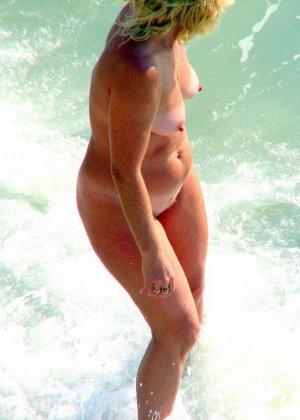 Абсолютно обнаженная женщина на пляже - фото 10