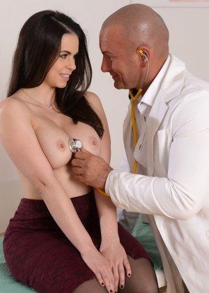 У красивой брюнетки особые отношения со своим гинекологом - фото 2