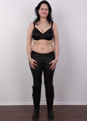 Женщина брюнетка с большой натуральной грудью на кастинге - фото 3