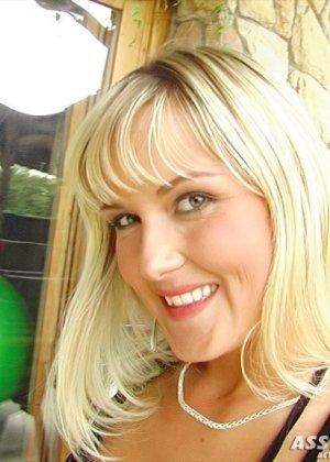 Струя спермы на язык блондинки - фото 1