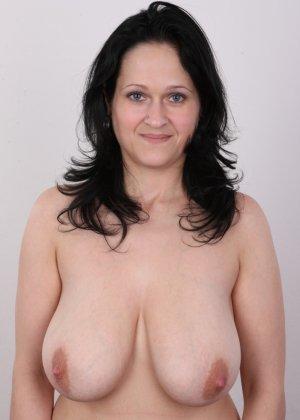 Женщина брюнетка с большой натуральной грудью на кастинге - фото 9