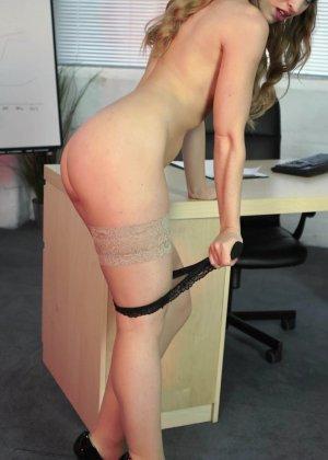 Офисная потаскуха привычно раздевается на работе - фото 11