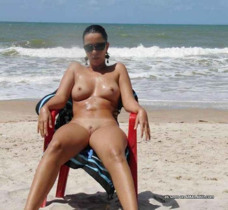 Голые телки позируют на пляжах