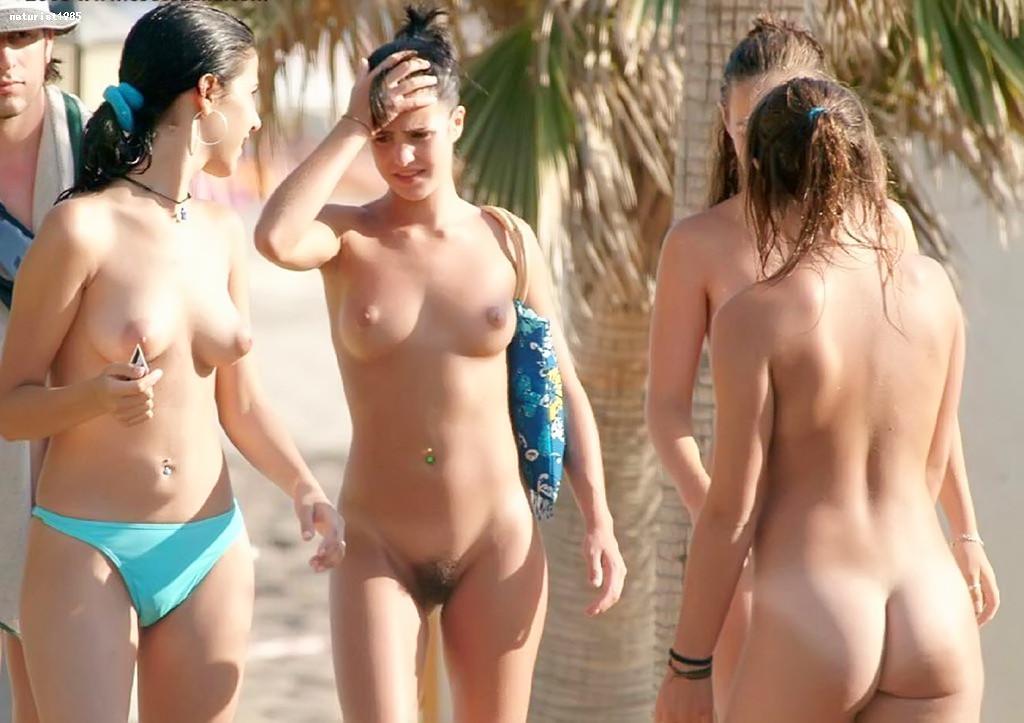 golaya-nudistka-plyazh